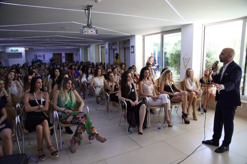 Luca Abete con le 150 semifinaliste di Miss Mondo Italia 2018