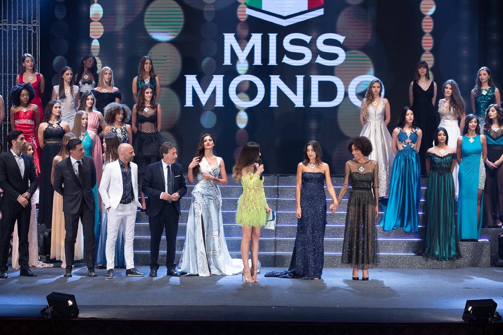 Le finaliste di Miss Mondo Italia 2019 con Giorgia Palmas, Giada Tropea, Antonio Marzano, Luca Abete e Filippo Magnini