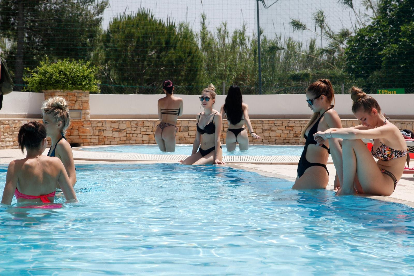 miss mondo in piscina