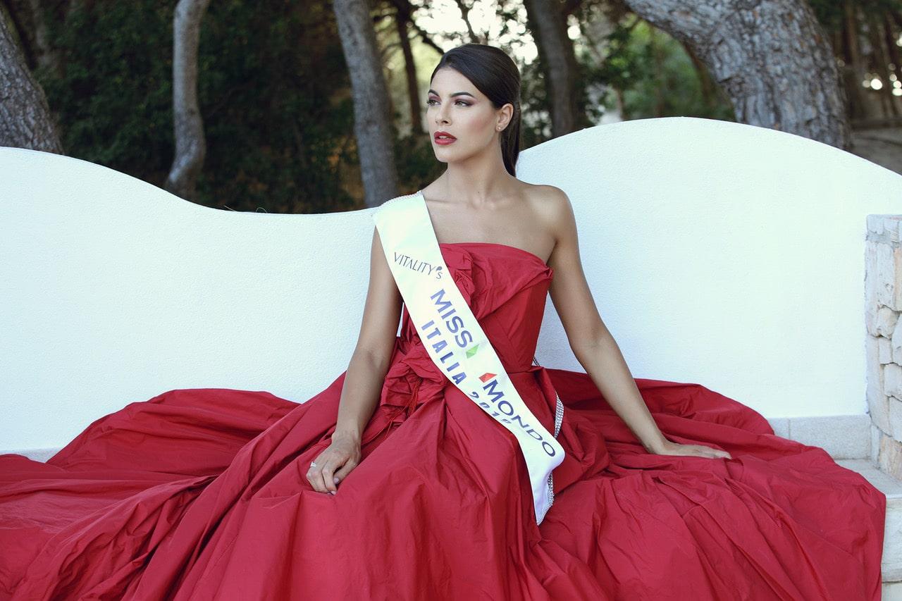 Adele Sammartino - Miss Mondo Italia 2019 - Indossa un vestito rosso di Maddalena Triggiani